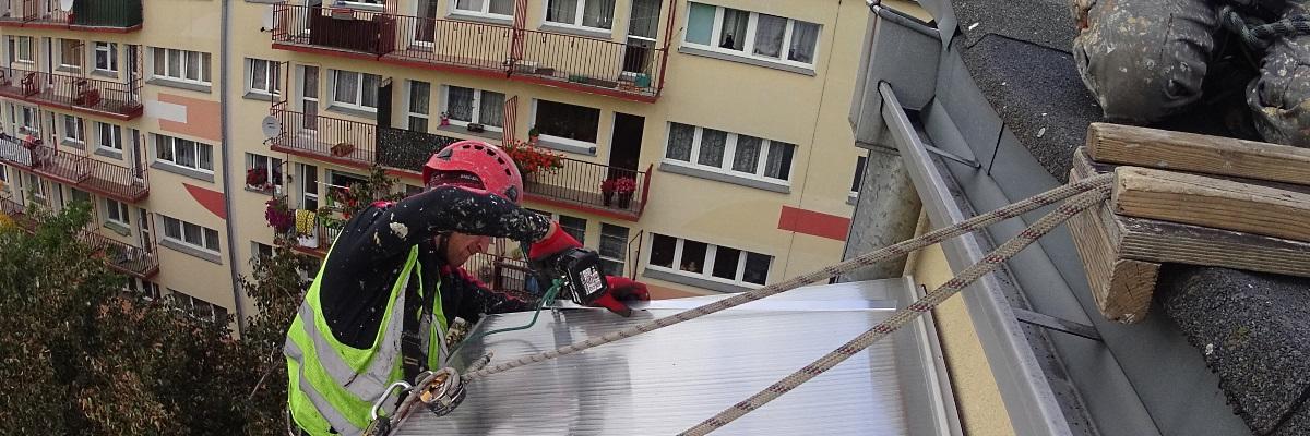 Монтируем козырьки на верхних этажах балконов из поликарбоната!