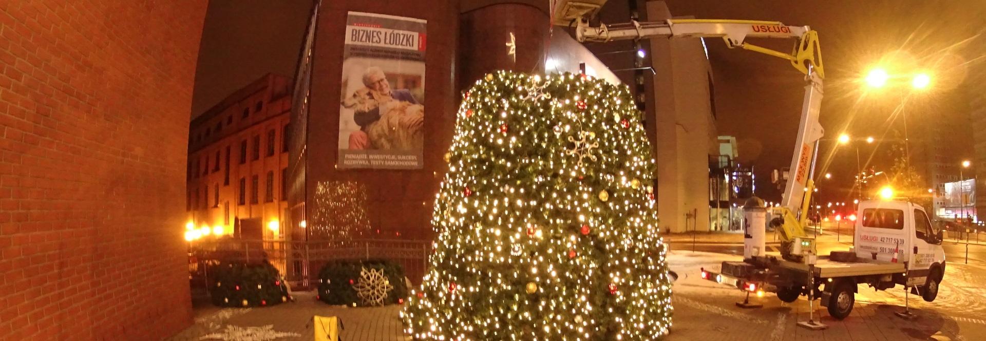 Последние работы по праздничному монтажу освещения и декораций на ТЦ. Дальше монтаж елки.