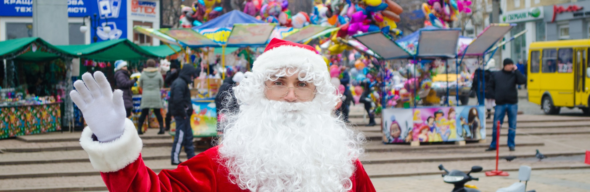 Дед Мороз в окно в Киеве