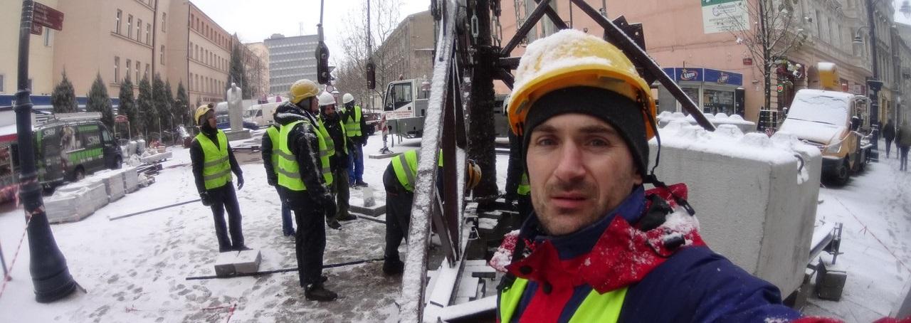 Монтаж елки на ул. Петраковской в центре Лодзя