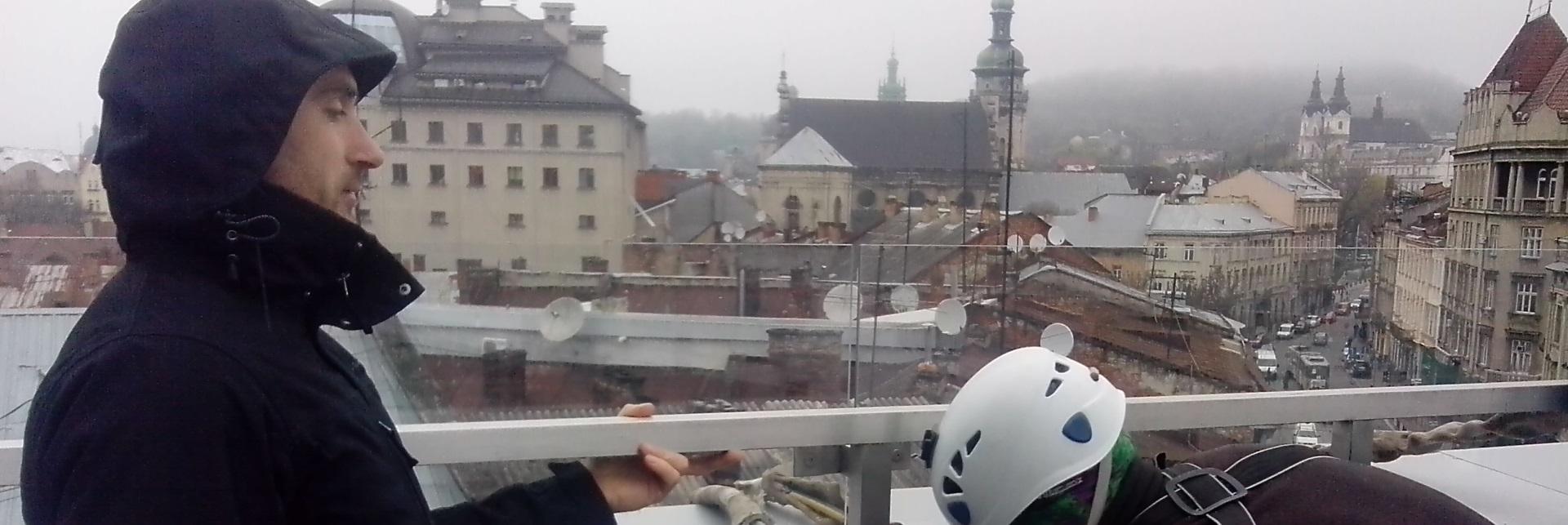Мойка фасада и окон в готтеле IBIS в Львове.